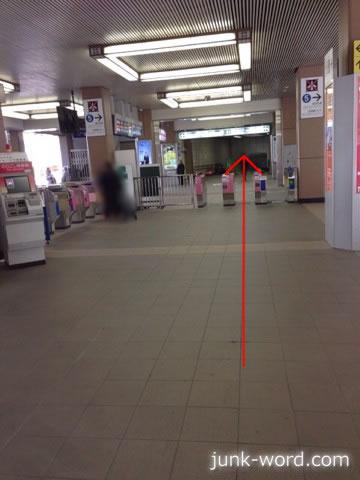 京成成田駅改札の先にある東口への通路
