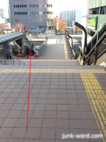 京成成田駅東口通路・階段を下りる
