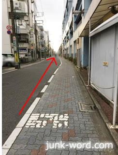 京成青砥駅高架沿いの道