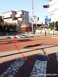 立石駅前商店街出口にある交差点を直進する