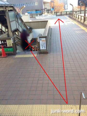 京成成田駅東口歩道橋を直進